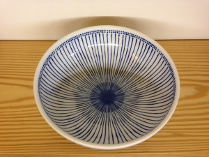 Kom wit met blauwe strepen/Bowl white with blue stripes.