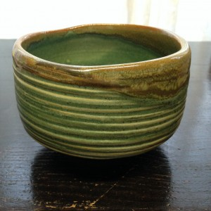 Matcha kom met groene glazuur en strepen/Matcha bowl with green glaze and stripes.
